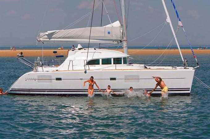 Peldēšanās no katamarāna Lagoon 380
